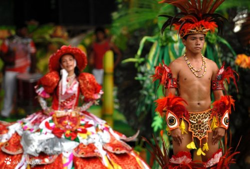 Бразильские индейцы зажигают на карнавале