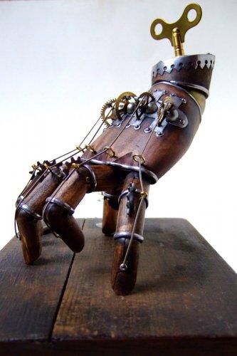 Рука из Семейки Адамс в стиле стимпанк