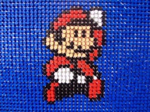Панель из канцелярских кнопок, посвященная Марио