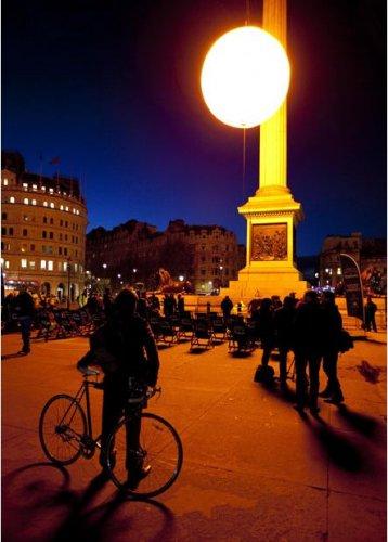 Инсталляция в виде огромного солнца над Трафальгарской площадью