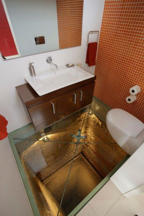 Необычная ванна над шахтой лифта