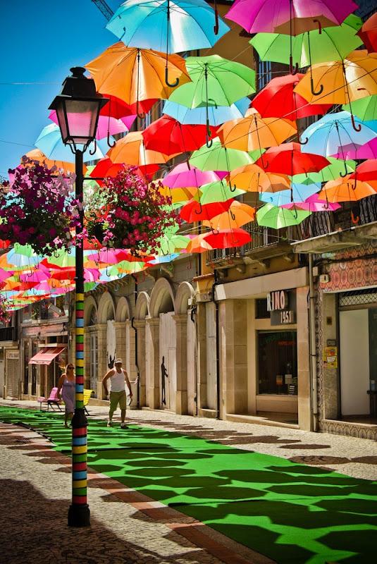 Красочная выставка парящих зонтов в Агуэда, Португалия