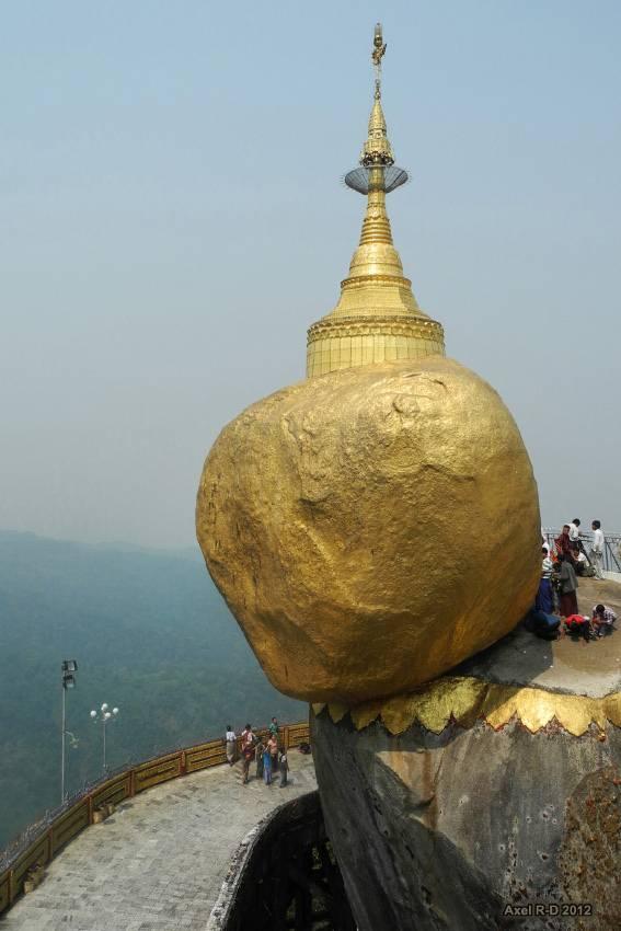 Золотой Камень – позолоченный валун Будды