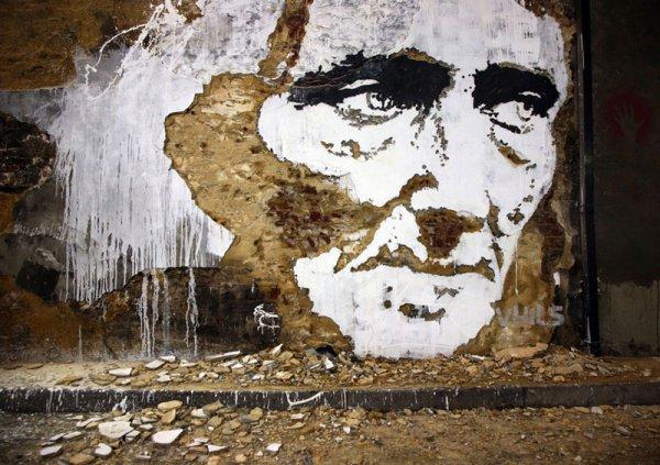 Рельефные портреты людей, высеченные художником на стенах