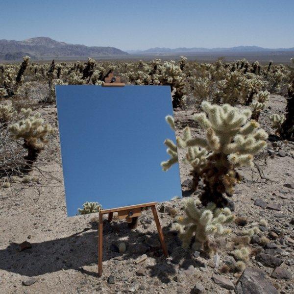 Фотографии зеркал на мольбертах, которые выглядят как картины