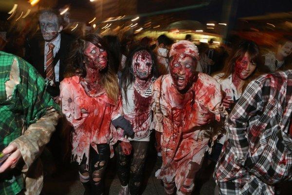 В Берлине накануне Хэллоуина прошел зомби-парад