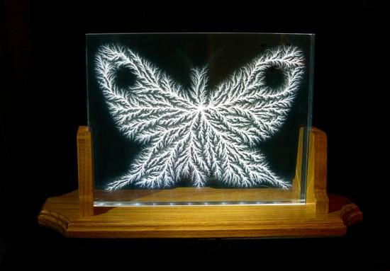 Художник заключает электрические молнии в прозрачные акриловые блоки для создания «Пойманных Молний»