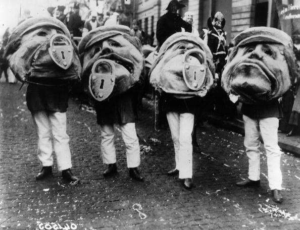 14 Странных старых фотографий людей в масках