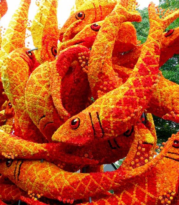 Огромные скульптуры из георгинов на цветочном параде «Bloemencorso»