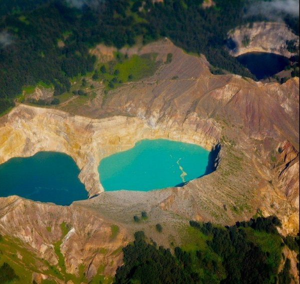 Трёхцветные озёра Келимуту в Индонезии