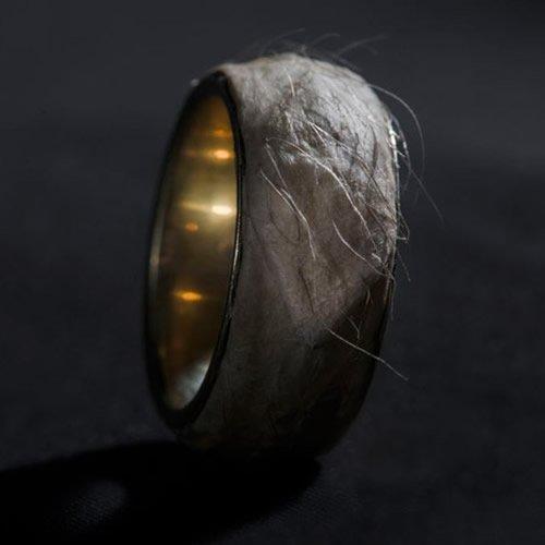 Дизайнер покрыл золотое кольцо стоимостью в $500 000 куском своей кожи