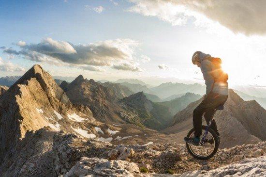 Безбашенное экстремальное катание на одноколёсном велосипеде