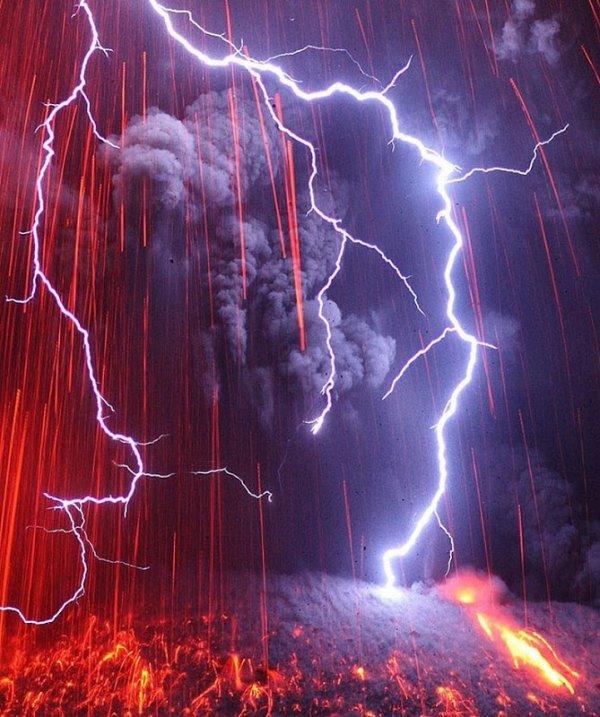 Потрясающие фотографии вулканических молний от Мартина Риетце