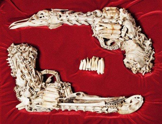 Художник создаёт жуткие модели огнестрельного оружия из костей животных