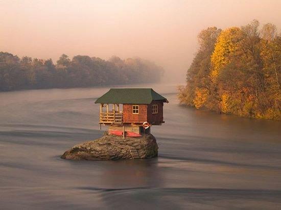 Полное уединение: дом, построенный посреди реки