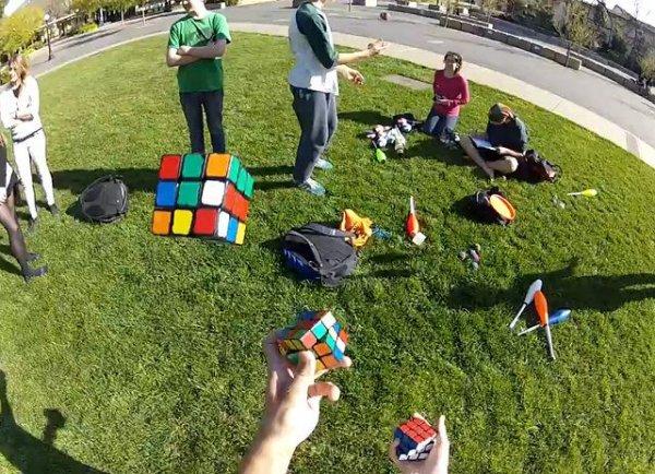 Студент собирает три кубика-рубика, жонглируя ими