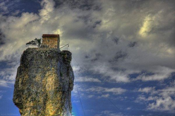 Уникальная церковь Кацхи, расположенная на скальном образовании (9 фото)