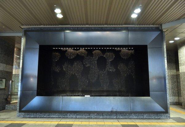 Удивительный водяной фонтан на станции в Осаке