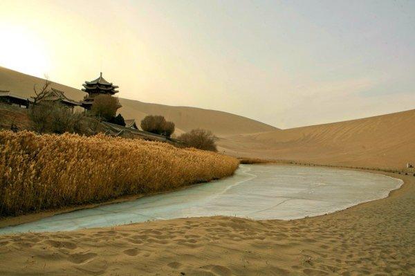 Уникальный оазис Дуньхуан в пустыне Гоби (12 фото)
