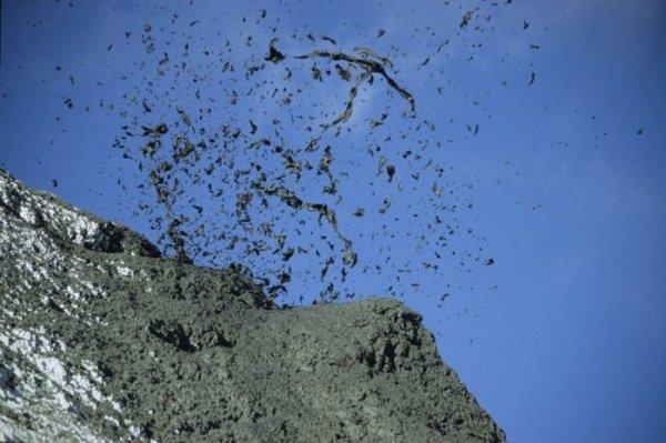 Уникальный вулкан Оль Дойньо Ленгаи, извергающийся при низкой температуре (17 фото)