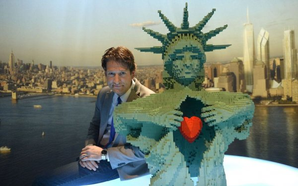 Скульптуры из LEGO на выставке Натана Савайя (13 фото)