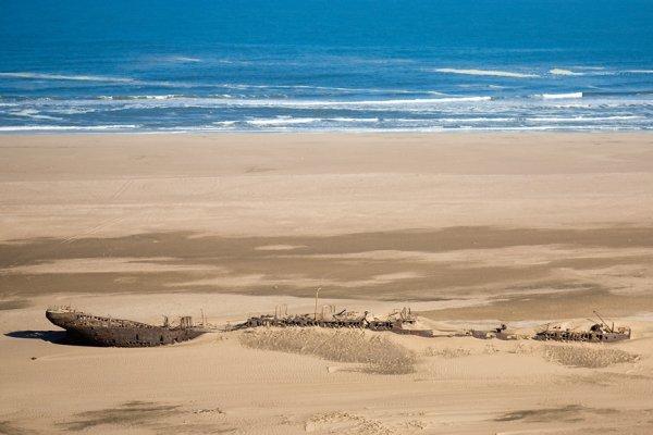 Корабль, заблудившийся в песках Намибии (9 фото)