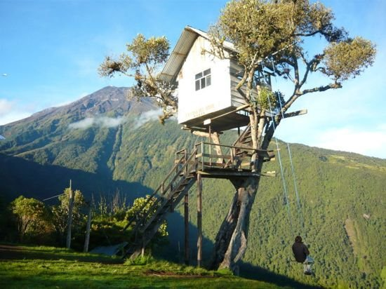 Катание на качелях на краю отвесной скалы в Эквадоре