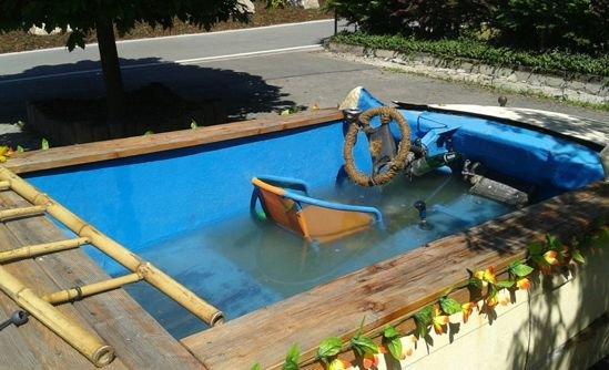 Водитель из Германии превратил старый БМВ в бассейн на колёсах