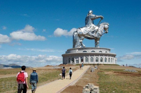 Огромная статуя Чингисхана в Монголии (9 фото)