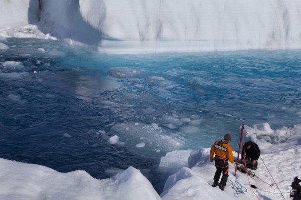 Голубые реки ледника Петерманна (7 фото)