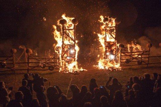 Литовцы строят парк из сложных соломенных скульптур только ради того, чтобы сжечь их, отмечая праздник огня