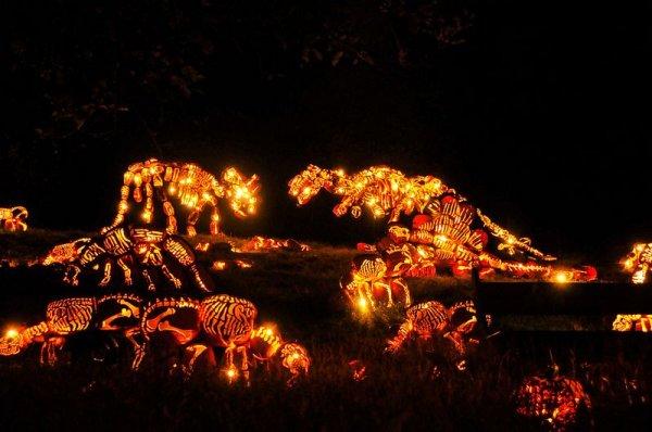 Потрясающие динозавры в натуральную величину на празднике Светильника Джека (8 фото)