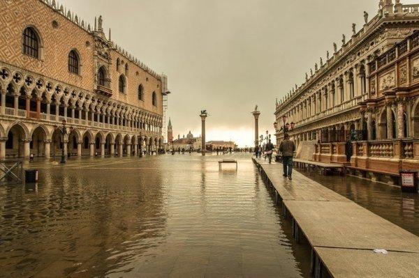 Периодические наводнения в Венеции и Кьодже (14 фото)
