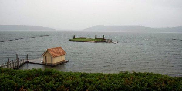 Плавающее поле для гольфа на курорте «Кёр-д'Ален» (5 фото)