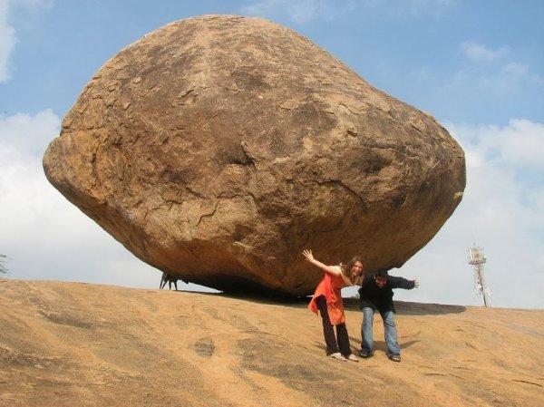 «Масляный шар Кришны» - балансирующий камень в Махабалипураме (9 фото)