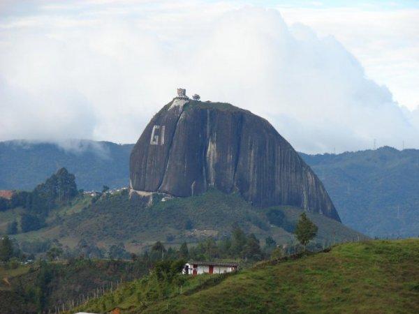 Скала Эль-Пеньон-де-Гуатапе (15 фото)