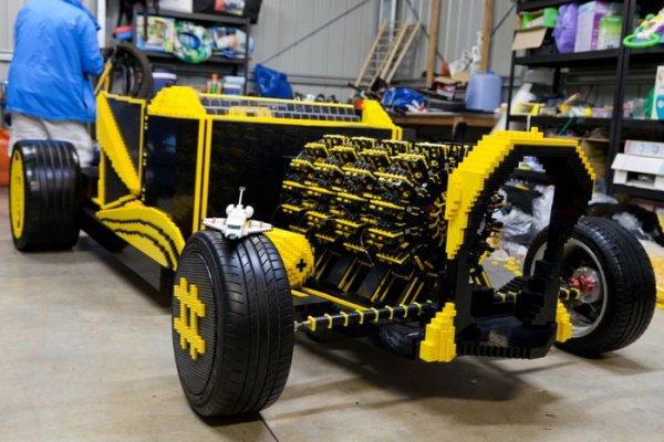 Гений из Румынии построил из Лего машину в натуральную величину (4 фото + видео)