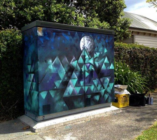 Новозеландский художник превращает трансформаторные будки в картинки (6 фото)
