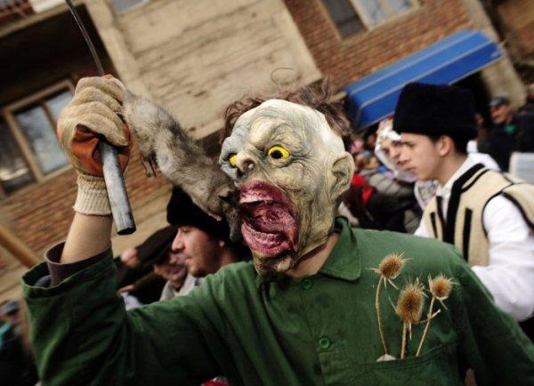 Карнавал в македонской деревушке Вевчани (21 фото)