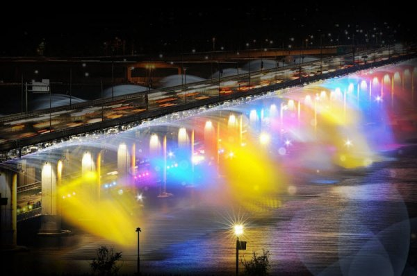 """Фонтан """"Лунная радуга"""": разноцветный водопад на мосту Банпо в Сеуле (14 фото)"""