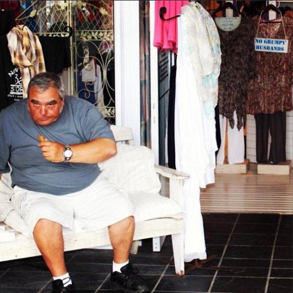 Несчастные мужчины во время шоппинга (20 фото)