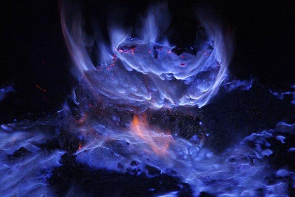 Индонезийский вулкан извергает потрясающе прекрасную голубую лаву (4 фото + видео)