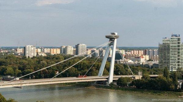 НЛО-подобный мост в Братиславе (8 фото)