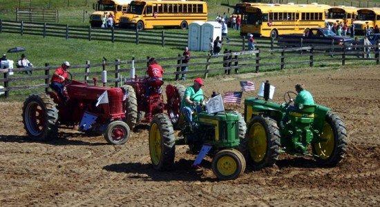 Кадриль в исполнении тракторов (2 фото + видео)