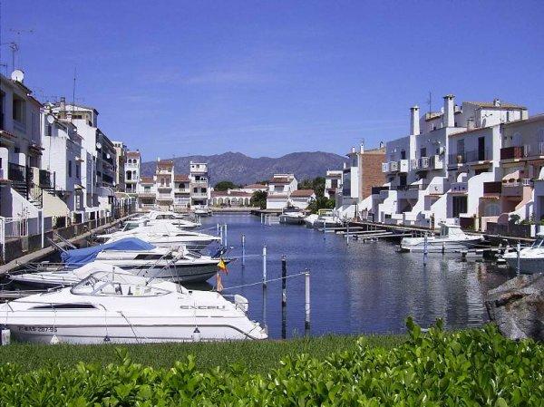 Эмпуриабрава, собственная Венеция Испании (16 фото)