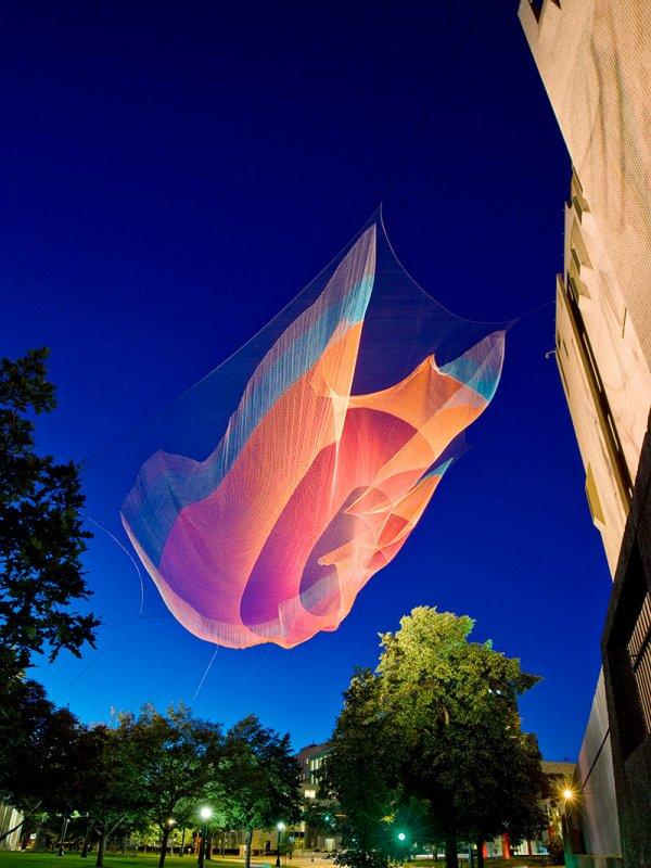 Гигантские инсталляции из подвешенных сетей от Джанет Экельман (7 фото)