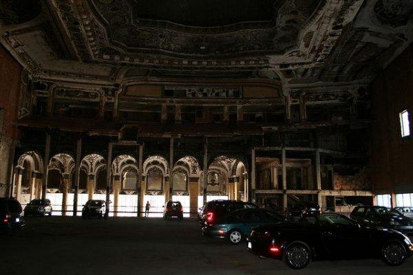 Самая художественная крытая автостоянка в Америке (5 фото)