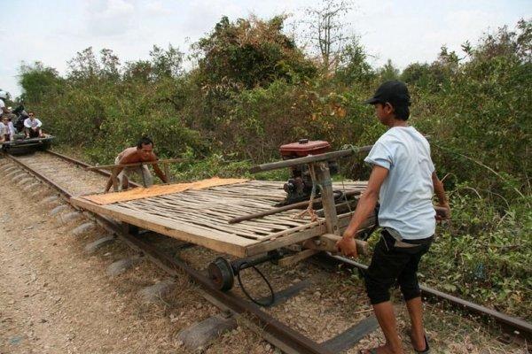 Шаткие бамбуковые поезда Камбоджи (3 фото + видео)