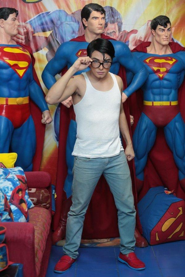 Филиппинец с помощью пластической хирургии стал похож на Супермена (4 фото)