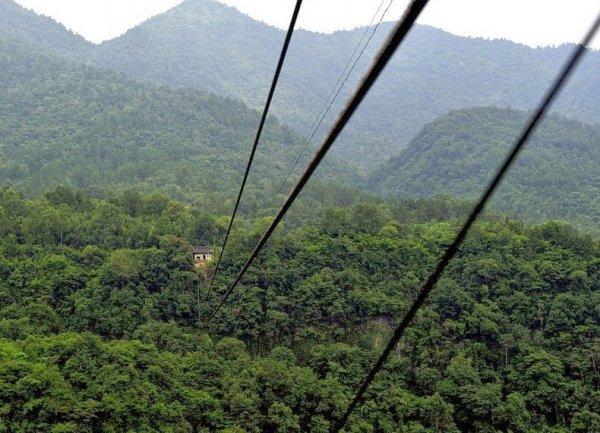 Опасная канатная дорога в китайской деревне (8 фото)